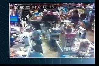 Mulher morre após tiroteio entre PM e suspeitos em supermercado de Goiânia; vídeo - Jovem e menor tentaram assaltar comércio e roubar arma de policial à paisana.Vítima morreu no hospital e militar, também ferido passa bem; dupla foi detida
