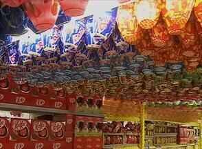 Em Caruaru, supermercados se preparam para período da Páscoa - Vendedores esperam aumento nas vendas dos produtos. Variedade dos ovos de chocolate chamam atenção do público.