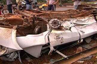 Corpos de rapazes mortos após capotamento em Goiânia são velados - Famílias reclama da demora no atendimento às vítimas e querem esclarecer se acidentes foi provocado por tiros no carro.