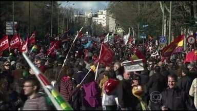 Protesto contra a política de cortes do governo espanhol reúne milhares de pessoas - Funcionários públicos, aposentados e trabalhadores de várias regiões da Espanha marcharam no centro de Madri para para pedir emprego, saúde e educação.