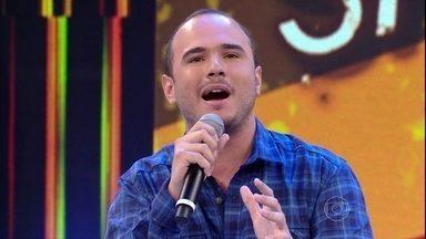 Ed Gama, campeão do Quem Chega lá, se apresenta no Domingão - Comediante canta e imita ídolos da música brasileira