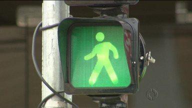 Novos semáforos exclusivos para pedestres foram instalados em Curitiba - São 40 novos sinaleiros colocados em cruzamentos movimentados da capital.