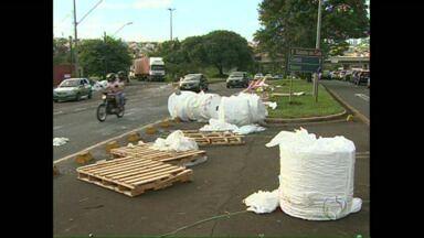 Bobinas caem de caminhão na BR 369, em Londrina - O motorista diz que tem seguro e que vai pagar os prejuízos.