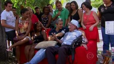 Intervenção urbana! Otaviano Costa monta sala de estar na rua e analisa TV com público - Vídeo Show comenta a novela com o povão. Divirta-se!