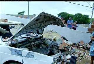 Carro desgovernado invade quintal de casa em Campos, no Rio - Motorista abandonou o veículo no local e fugiu.Moradora disse que é a quarta vez que a mesma situação se repete.