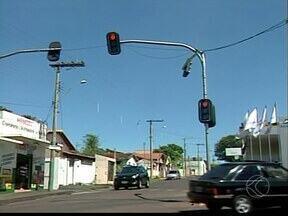 Crescimento da frota causa reflexos negativos no trânsito em Ituiutaba - Imprudência em principais vias da cidade podem ser flagradas corriqueiramente. Falta de semáforos também é problema.