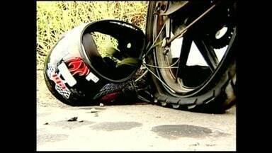 Duas pessoas morreram em acidente na BR-259, em Colatina, Noroeste do ES - Testemunhas contaram que o pneu da moto estourou e depois disso ela bateu em um carro.