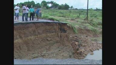 Em Cacoal, seis horas de chuva alagaram parte da cidade - Asfalto cedeu em uma parte da BR 364.