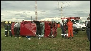 Ponto de ônibus na BR-060 causa preocupação após morte de três pessoas - Na tarde de domingo (23), dois irmãos e uma prima foram atingidos numa parada de ônibus na BR-060 por um carro descontrolado e morreram no local. Os passageiros estão com medo de ficar no local.