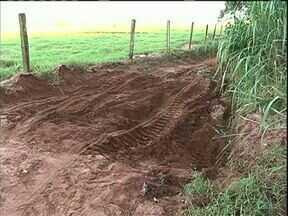 Chuva prejudica estrada rural em Paranavaí - Os donos de propriedades na estrada do quatorze reclamam que toda a vez que chove, a estrada fica intransitável.