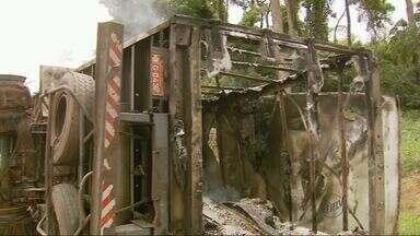 Após tombar, carreta queima há três dias no acostamento da Rodovia Fernão Dias - Após tombar, carreta queima há três dias no acostamento da Rodovia Fernão Dias