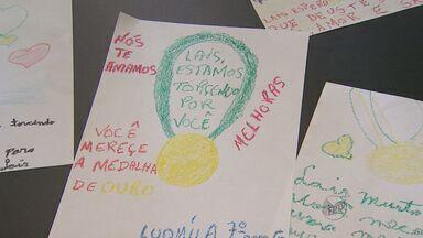 Crianças de Ribeirão Preto, SP, fazem homenagem à ginasta Lais Souza - Ginasta se recupera de acidente de esqui nos Estados Unidos.