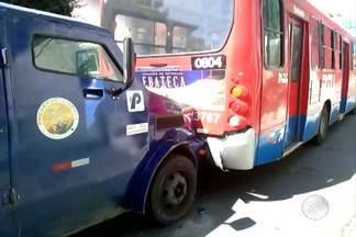 Carro-forte bate no fundo de ônibus em Salvador - Acidente ocorreu na Avenida cardeal da Silva, no bairro da Federação, e deixou trânsito congestionado na região.
