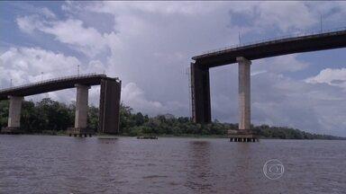 Balsa derruba parte de uma ponte no Pará - Acidente foi no Nordeste do estado e não houve vítimas. Oitenta metros da ponte que corta o Rio Moju desabaram. Reconstrução deve levar seis meses.