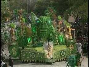 Segunda noite do carnaval de Uruguaiana, RS, é marcada pela garra de quem quer vencer - Criatividade e luxo de quem luta pelo título fizeram sucesso na avenida.