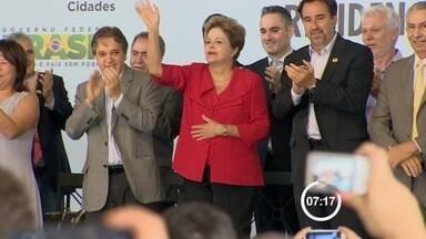 Dilma autoriza construção de casas para ex-moradores do Pinheirinho - A presidente Dilma Rousseff (PT) autorizou na manhã desta terça-feira (25) o início das obras para a construção de 1.461 moradias populares para ex-moradores do Pinheirinho, acampamento sem teto na zona sul de São José dos Campos (SP).