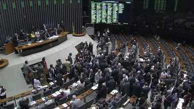 Câmara dos Deputados aprova Marco Civil da Internet - Depois de quase três anos, foi aprovado o projeto que traz as novas regras para o uso da internet no Brasil. Foi retirado do texto a exigência de que os dados de usuários brasileiros fossem armazenados no país. Houve mudanças na neutralidade de rede.