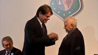 Chanceler Airton Queiroz recebe medalha da Abolição - Também foram agraciados o artista plástico Sérvulo Esmeraldo e o jornalista Demócrito Dummar, in memoriam.