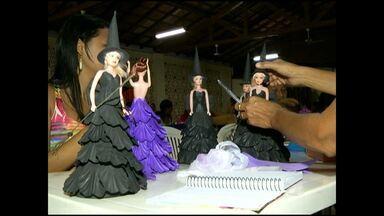 Moradores do Santíssimo recebem curso de artesanato de bonecas - Curso foi realizado na igreja do bairro. Participantes acreditam em uma nova alternativa de renda.