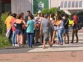 Estudantes ocupam reitoria da UFSC após confronto com a polícia e PF critica reitoria - Estudantes ocupam reitoria da UFSC após confronto com a polícia e PF critica reitoria da universidade