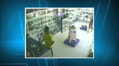 Loja de aparelho eletrônicos é assaltada em Arapiraca - A ação aconteceu na terça-feira (25) e foi gravada pelo sistema de monitoramento.