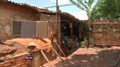 Em Campo Grande, repórter mostra casa de Dona Cira que sofreu duas décadas - Vizinhos e professores dos filhos dão depoimento
