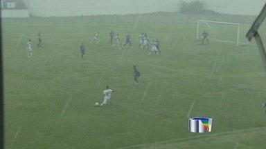 Chuva interrompe partida entre São José e Monte Azul pela Série A2 - O Monte Azul vencia o São José por 1 a 0 no estádio Stavros Papadopoulos, em Jacareí, quando uma tempestade fez com que a partida fosse adiada para esta segunda-feira, às 15h, no mesmo estádio.