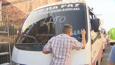 Motoristas paralisam linha de micro-ônibus em luto por mortos no AM - Micro-ônibus da linha 825 e carreta colidiram em Manaus; 15 morreram.Veículos de outras linhas circularam por Manaus com faixas e fitas pretas.