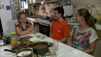 Família muda cardápio e emagrece junta - A reeducação alimentar ajudou uma família a perder peso. Eles trocaram as massas e frituras por verduras e legumes.