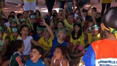 Escolas aproveitam tema Copa do Mundo para ensinar crianças - A expectativa para a Copa do Mundo contagia também as crianças. E com criatividade, é possível transformar o assunto em aprendizagem na escola.