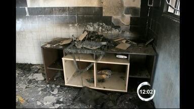 Duas crianças morrem em incêndio em Pindamonhangaba, SP - Casa onde elas moravam com a mãe e os irmãos pegou fogo neste domingo. A mãe e os irmãos delas estão hospitalizados; suspeita é de curto circuito.