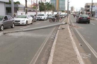 Quatro postes foram derrubados em acidentes de trânsito neste fim de semana - Na avenida Ana Jansen, um poste de iluminação pública ficou atravessado em uma das pistas depois de ser atingido por um carro.