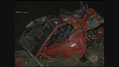 Caminhão cai em ribanceira e mata duas pessoas na PE-120 - Vítimas eram feirantes que dividiam o espaço com a carga, transportada na carroceria.