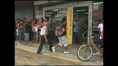 Clientes do Banco do Brasil enfrentam falta de dinheiro e de papel - Pessoas não puderam sacar dinheiro nem imprimir comprovante de depósito.