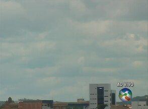 Caruaru tem tempo nublado nesta segunda-feira (31) - Imagens mostram muitas nuvens no município. Previsão é de chuva fraca para a tarde e para a noite.