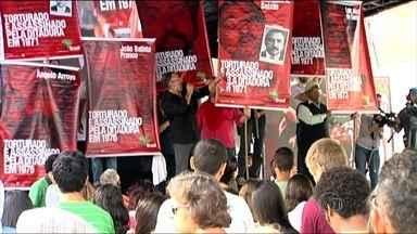Série de eventos em SP lembra 50 do Golpe Militar - Representantes de 140 entidades se reuniram em frente à antiga sede paulista do DOI-CODI, um dos centros de repressão.