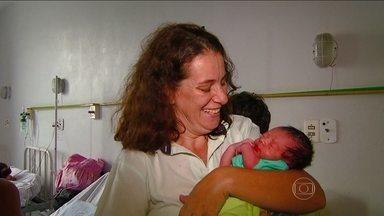 Funcionárias de pedágio fazem parto de mulher em rodovia no interior de São Paulo - A mãe, que mora em Artur Nogueira, a 50 quilômetros de Campinas, sentiu dores e decidiu seguir para a maternidade. Uma médica passou orientações por telefone para as funcionárias do pedágio e o bebê nasceu dentro do carro.