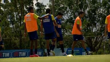 Treino do Cruzeiro tem discussão, e Atlético-MG embarca para a Colômbia - Durante o treino do time celeste, o zaqueiro Alex e o meio-campo Henrique se desentenderam. O Cruzeiro enfrenta o Universidad de Chile pela Libertadores. No Galo, os jogadores embarcaram confiantes para a partida contra o Santa Fé.