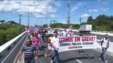 Servidores públicos do ES fazem passeata pelas ruas da Grande Vitória - Manifestação saiu de Cariacica em direção ao Centro de Vitória.Categoria cumpre agenda do movimento de greve, diz sindicato.