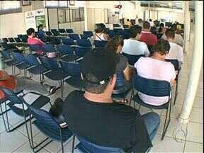 Fila de espera na Agência do Trabalhador em Umuarama começa cedo - Problemas no sistema e falta de funcionários deixam o atendimento lento na Agência em Umuarama.