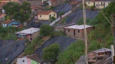 Moradores do Alto José Bonifácio temem deslizamentos - Prefeitura colocou plásticos mas solução definitiva é aguardada há anos.