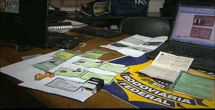 Depois de pagar fiança homem suspeito de falsificar documentos é liberado na Paraíba - Com o homem a polícia encontrou vários documentos falsificados.