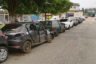 Ferraz inicia trabalhos para retirada de carros apreendidos deixados perto de delegacia - Os carros apreendidos ficam estacionados no entorno da delegacia de Ferraz de Vasconcelos e atrapalham a população.