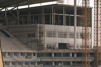 Bombeiros afirmam que Estádio do Corinthians não está seguro para receber público - Lista com exigências dos bombeiros foi feita há um ano. Faltando 71 dias para o jogo de abertura, a Odebrecht e o Corinthians não apresentaram as correções no projeto técnico da obra.