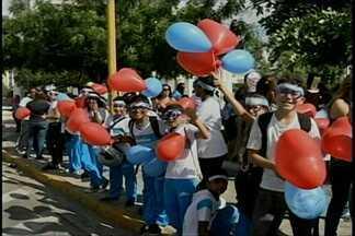 Ações para lembrar o autismo também aconteceram no centro de Petrolina - Uma panfletagem foi feita para levar informações até a população.