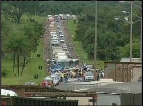 Professores em greve fecham rodovia de acesso à Araguaína - Professores em greve fecham rodovia de acesso à Araguaína