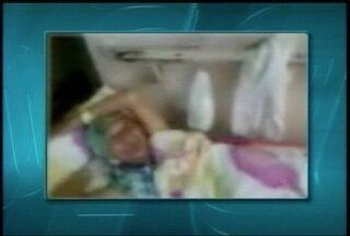Família reclama de atendimento recebido por paciente na Santa Casa em Montes Claros - Paciente de 75 anos está em uma maca nos corredores do hospital.