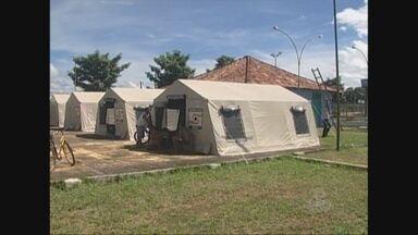 Em Guajará-Mirim, RO, abrigados em clube são transferidos para barracas - Famílias reclamam de calor intenso dentro das barracas. Desabrigados devem permanecer no local até o nível do Mamoré baixar.