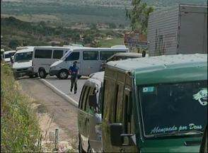 Motoristas de transporte alternativo bloquearam a BR-424, em Garanhuns - Segundo DER, os condutores estariam trafegando de forma irregular na região. Eles afirmam que ainda estão no prazo para regularização.