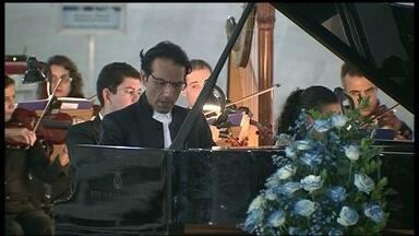 Concerto lembra o Dia do Autismo na Catedral - O pianista Álvaro Siviero, reconhecido internacionalmente no cenário da música clássica, se apresentou com a orquestra sinfônica, sob a regência do maestro Cláudio Cohen. A Catedral e o Congresso foram iluminados de azul, cor escolhida desde 2008.